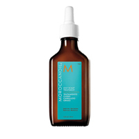 Moroccanoil Oily Scalp Treatment - Средство для ухода за жирной кожей головы 45 млСредства для лечения кожи головы<br>Жирная кожа головы может оказать негативное воздействие на здоровье волос, делая их чрезмерно мягкими и безжизненными. Moroccanoil разработала профессиональное регулирующее средство, предназначенное для контроля уровня жирности кожи головы и восстановления волос.<br>Эта концентрированная формула представляет собой смесь арганового и имбирного масел. Она помогает восстановить баланс и снять воспаление фоликул волоса, что позволяетконтролировать выработку жира. Корни риподнимаются, и волосыстановятся более объёмными и жизненными.<br>Применение: Разделить волосы на равные части. Нанести 3-6 капель на каждую из частей. Вмассировать в кожу головы пальцами. Дать средству впитаться 5-10 минут. Расчесать волосы. Смыть. Применять до использования шампуня. Сначала использовать еженедельно, постепенно уменьшая частоту применения по мере улучшения состояния кожи головы.<br>Объём: 45 мл<br>