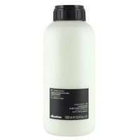 Davines Essential Haircare OI/conditioner Absolute beautifying potion - Кондиционер для абсолютной красоты волос 1000 млКондиционеры для волос<br>Кремообразный кондиционер. Деликатная формула гарантирует необычайную мягкость, блеск и объем волос. Ускоряет процесс высушивания волос, защищает волосы от горячих инструментов и фена, препятствует их механическому повреждению.Активные компоненты:Масло аннато Абрикосовое масло: обладает смягчающим и увлажняющим свойствами, богато витаминами А и С. Кондиционирующее вещество, полученное из целлюлозы: придает мягкость структуре волос.ФОРМУЛА НЕ СОДЕРЖИТ ПАРАБЕНОВ.ИДЕАЛЕН ДЛЯ ВСЕХ ТИПОВ ВОЛОС.Применение:Равномерно нанести небольшое количество продукта на вымытые и подсушенные полотенцем волосы. Оставить на 2-3 минуты, расчесать волосы. Затем тщательно смыть кондиционер теплой водойОбъем : 1000 мл<br>