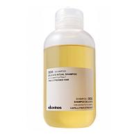 Davines Essential Haircare Dede Delicate ritual shampoo - Деликатный шампунь 250 млШампуни для волос<br>Шампунь деликатно ухаживает за тонкими и повреждёнными волосами. Комплекс из экстракта моркови, минеральных солей, протеинов сладкого миндаля и оливкового масла уплотняет тонкие волосы, увлажняет и кондиционирует их.Порядок применения: нанести шампунь на увлажнённые волосы, затем промыть водой.Объём: 250 мл<br>