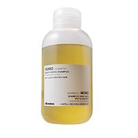 Davines Essential Haircare MoMo Moisturizing shampoo - Увлажняющий шампунь 250 млШампуни для волос<br>Средство применяется для тусклых, обезвоженных, сухих волос. Входящие в состав масло оливы и протеин сладкого миндаля обладают кондиционирующим, увлажняющим и защитным действием, тогда как экстракт аруголы имеет антистрессовый эффект и освобождает волосы от свободных радикалов.Порядок применения: на влажные волосы нанести шампунь, затем промыть их тщательно водой.Объём: 250 мл<br>