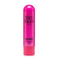 TIGI Bed Head Superfuels Recharge Shampoo - Шампунь-блеск 250 млШампуни для волос<br>Шампунь Superfuels Recharge Shampoo, богатый антиоксидантами, эффективно очищает волосы и придает потрясающий зеркальный блеск. Разглаживает, питает и увлажняет волосы. Борется с проблемой секущихся кончиков.Состав активных компонентов:- Сафлоровое масло – очищает волосы;- Экстракт плодов дерезы - стимулирует выработку витамина С, который сохраняет здоровье волос;- Экстракт листьев зеленого чая - богат антиоксидантами, которые способствуют обновлению волос. Смягчает волосы;- Диметиконол - придает блеск волосам.Применение: Вспеньте шампунь на влажных волосах и тщательно смойте. Максимальный результат достигается при использовании вместе с кондиционером Superfuels Recharge Conditioner.Объём:250 мл<br>