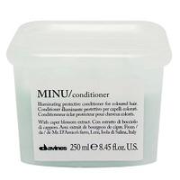 Davines Essential Haircare Minu Conditioner - Защитный кондиционер для сохранения косметического цвета волос 250 млКондиционеры для волос<br>Особая серия ухаживающих средств для окрашенных волос. Основным активным элементом в составе является каперсник. Высокое содержание аминокислоты кверцетина в формуле, что обеспечивает защиту структуры волос. Полифенолы - это природные пигменты, которые к тому же продлевают жизнь локонам и не дают им окисляться.Применение: Вымойте волосы шампунем. Подсушите их полотенцем или естественным путем. Нанесите продукт на волосы, избегая корней волос.Оставьте средство на 7-10 минут для впитывания. Смойте теплой водой. Далее можно делать укладку.Объем: 250 мл<br>